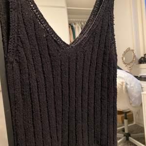 Oanvänt stickat linne från NAKD! Köpt för 299 & säljer för 100kr + frakt. Mysigt och fint😊💞