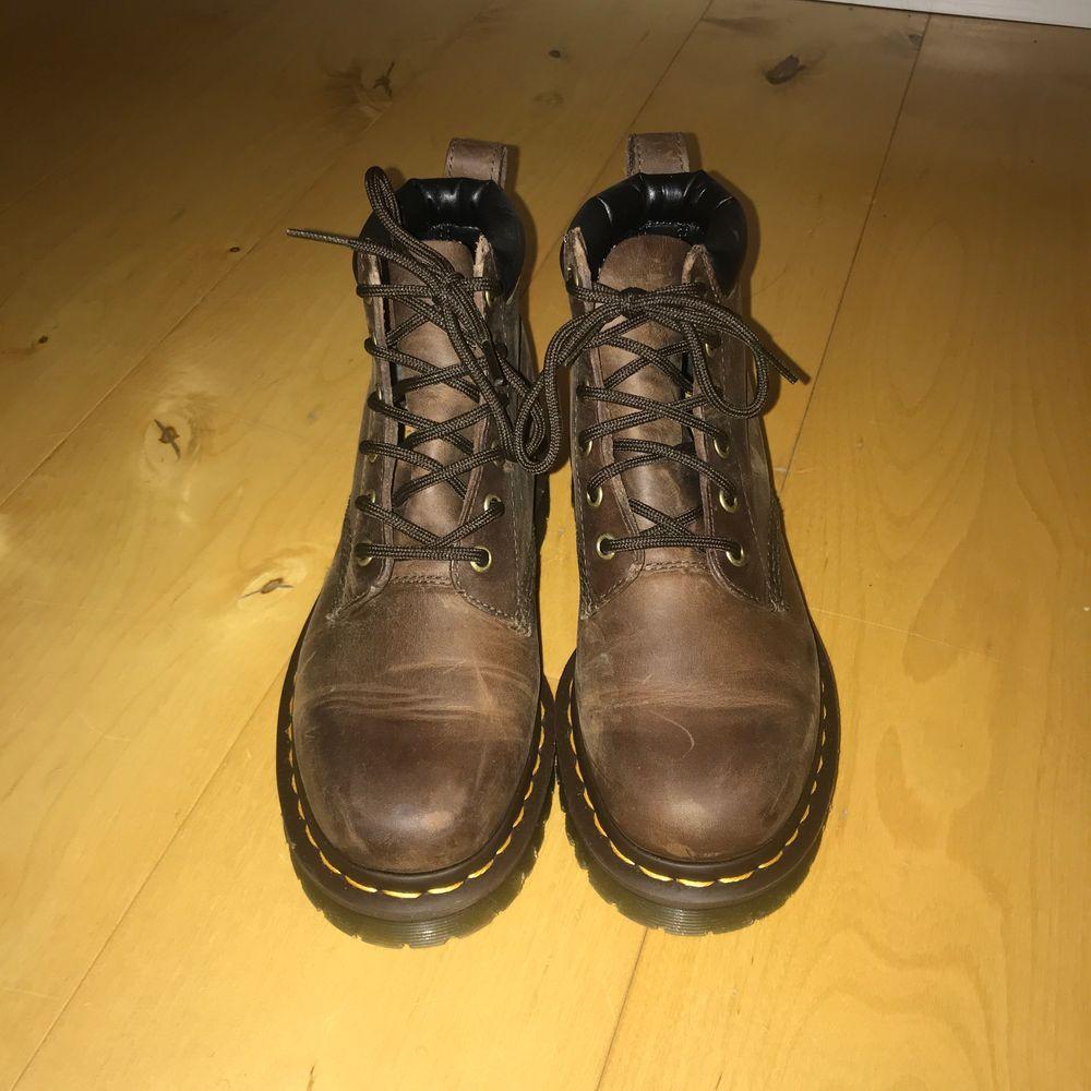 Asballa bruna Dr. Martens boots, ger lite trekking skor vibes. Storlek 38. Buda gärna i kommentarerna eller privatt chatt✨. Skor.
