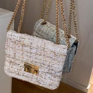 Liten söt väska med gulddetaljer. Kedjan kan bäras tvärs över kroppen eller vikas dubbel för att bäras över axeln. Frakt tillkommer!