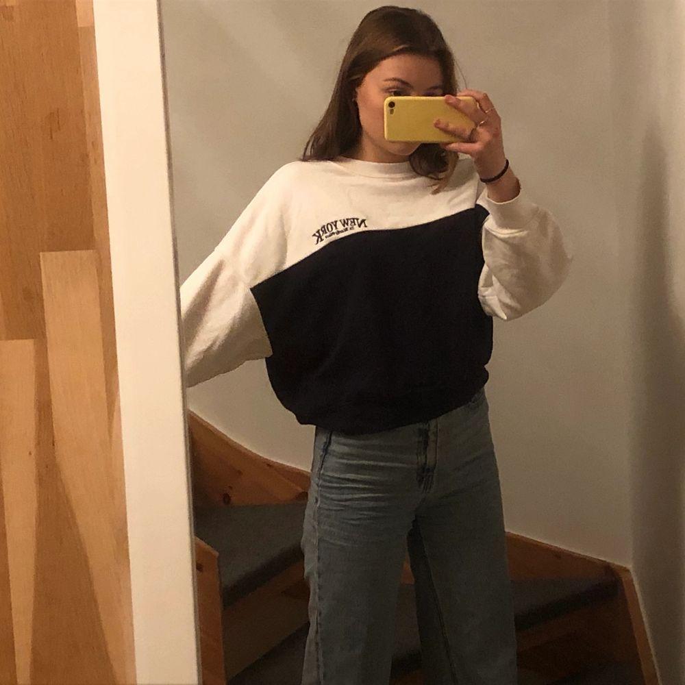 Jätte skön sweatshirt! Andvänd en gång! 🤍 (frakt tillkommer) . Huvtröjor & Träningströjor.