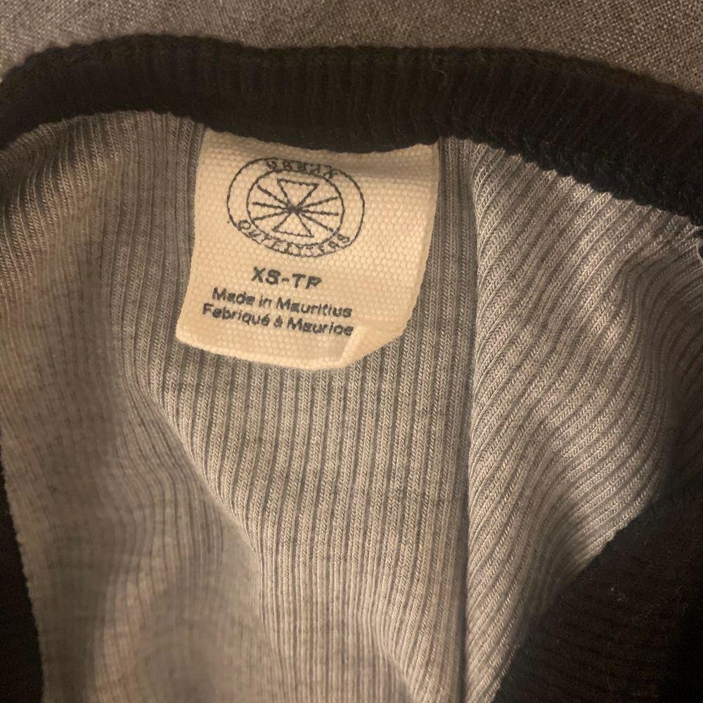 Supercool tröja från Urban Outfitters, använd ett fåtal gånger, storlek xs, köparen står för frakt!🖤. Tröjor & Koftor.