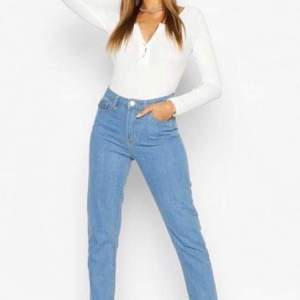 Raka jeans från boohoo i stl 36💞 Endast testade, säljer för det inte är min stil. Frakt ingår inte i priset