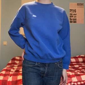 Blå J. Galt sweatshirt från Brandy Melville! Köpt i Stockholmsbutiken innan den stängdes. ♥️ Tröjan har en broderad isbjörn på bröstet. Bra tjockt tyg och fin trots använt skick (noppriga ärmar).