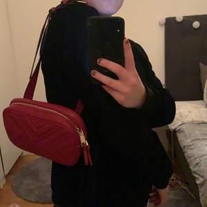 En fin röd väska ifrån mango. Väldigt använd du kan ha den runt axeln men även som en medjeväska. Jag har använt den på båda sätten