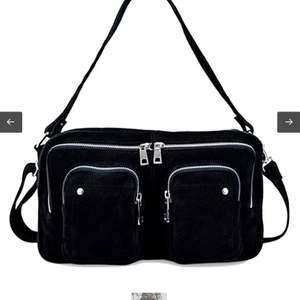 Säljer min nunoo väska då den inte kommer till användning. Väldigt bra skick då den nästan är oanvänd. Kan mötas i stockholm annars betalar du för frakt. Bättre pris vid snabb affär💕 Nypris: 1199kr