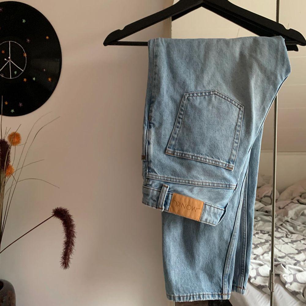 Ljusa jeans från monki i modellen taiki. För små för mig. Köparen står för frakt💞. Jeans & Byxor.