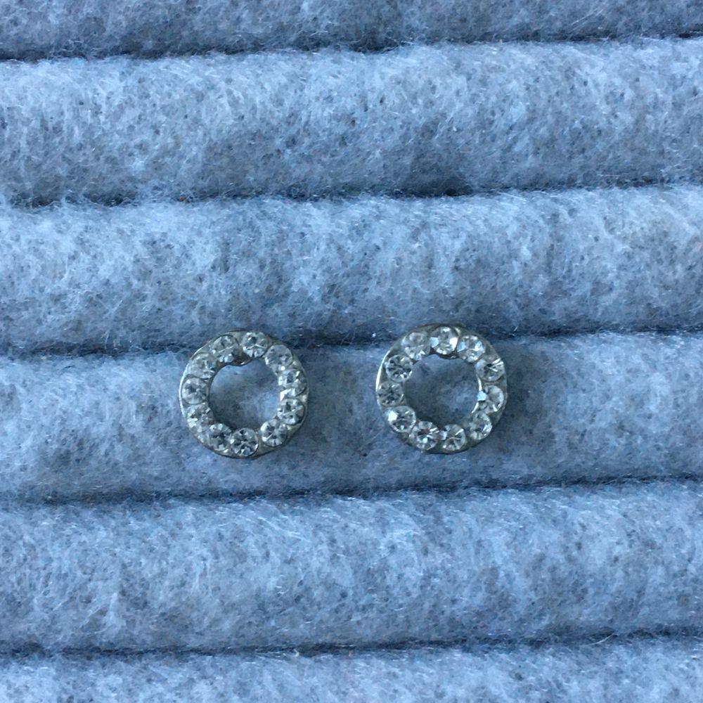 Silvriga cirkel örhängen med strassar, relativt använda. Alla smycken desinficeras innan köp! Se profil för fler annonser😋✨. Accessoarer.