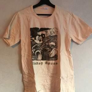 en t-shirt köpt i sydkorea för några år sen, endast använt en gång. kan hämtas i söderort i sthlm eller postas 💜
