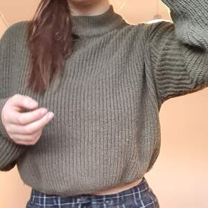 Stickad tröja i en riktig höstig nyans. Från H&M, storlek M, i 100% Arkryl. Nyansen är måssgrön och liknar mer färgen som visas på de två senare bilderna. Säljes då den blivit bortglömd och knappt använts.