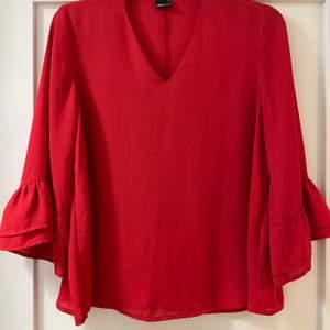En röd blus i fint skick!