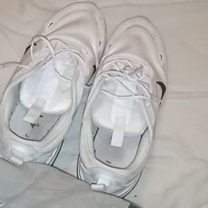 Säljer mina Nike air max dia skor för har för många skor, lite smutsiga men kan tvätta dom innan jag skickar dom så är dom som nya då jag ba haft dom i en månad ungefär, orginalpris:1299kr