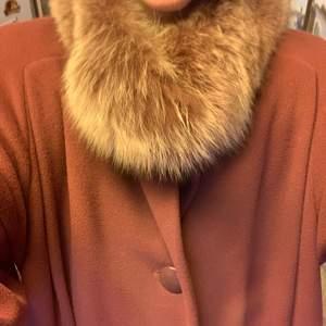 Gammelrosa kappa i storlek 40, från wool and cashmere. Vernissage. Säljer åt min farmor så det är en äldre modell men i VÄLDIGT fint skick då den mestadels hängt i hennes garderob.