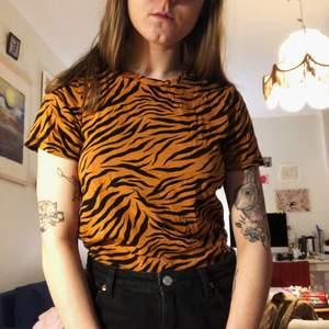 T-shirt med djurmönster. Fint skick!
