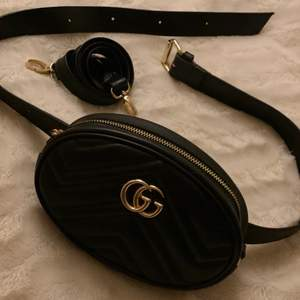 Gucci midje/axelremsväska som är helt oanvänd, kopia men har väldigt bra kvalité! Båda remsor ingår. Pris går att diskutera!!