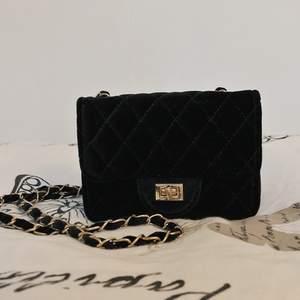 Söt, svart liten väska som inte kommer till användning. Kan skickas. Köparen står för frakten🤍🌻