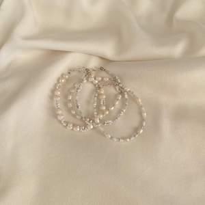 Armband med sötvattenspärlor 🤍 Armband A kostar 100 kr men resten 80 kr. Se mer på insta: Moon.jwlry 🌙✨