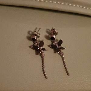 Örhängen med fjärilar. Aldrig använda. Tror de är handgjorda av mina släktingar i Korea. Skriv i dm vid frågor eller intresse