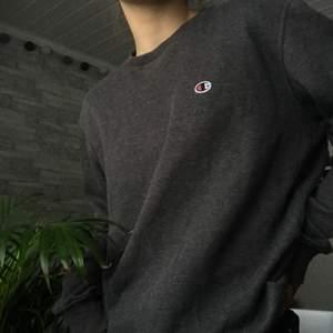 grå champion sweatshirt i använt skick! en del nopprig och dylikt men snygg ändå! köparen betalar för frakten! 🤍