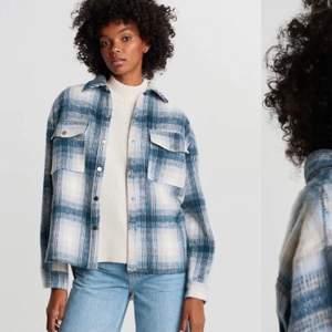 Söker denna jacka från Gina tricot i str XS