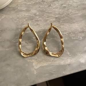 Guldiga örhängen. Fint skick.