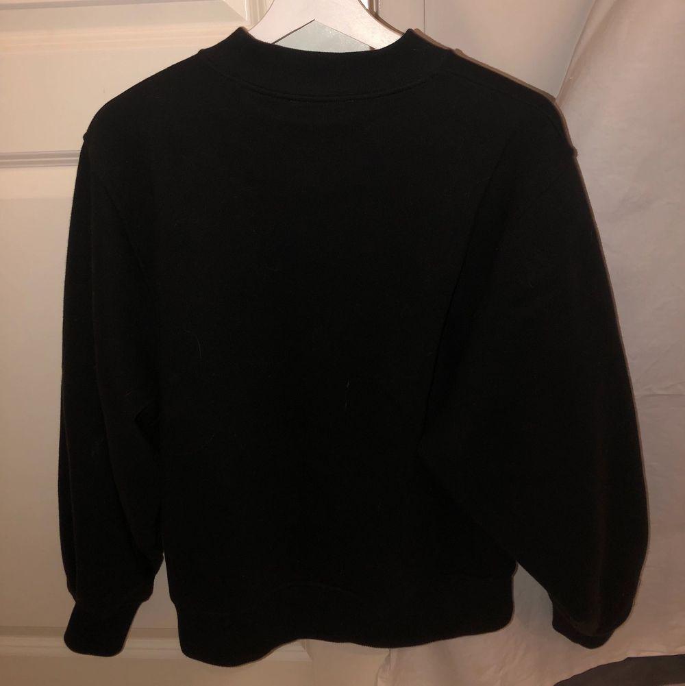 Väldigt fin Carin Wester tröja i storlek S. Den är använd ett fåtal gånger och är väldigt fräsch och fin. Ganska stor i storleken skulle nästan säga att den passar en M.. Tröjor & Koftor.