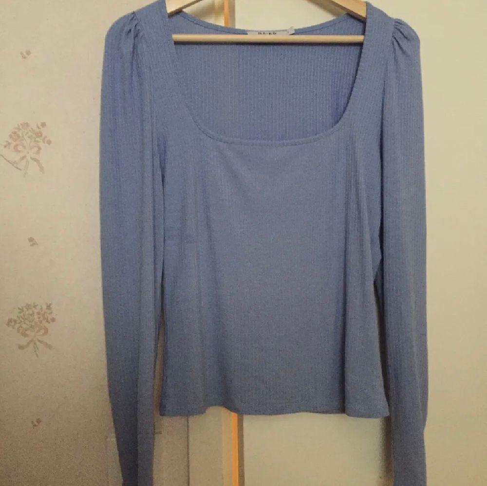 Superfin blå tröja från nakd endast testad säljs då den inte är min stil å tar bara plats i garderoben, den är i bra skick och har lite puff vid axlarna☺️,frakt tillkommer och kan hämtas upp. Toppar.