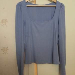 Superfin blå tröja från nakd endast testad säljs då den inte är min stil å tar bara plats i garderoben, den är i bra skick och har lite puff vid axlarna☺️,frakt tillkommer och kan hämtas upp