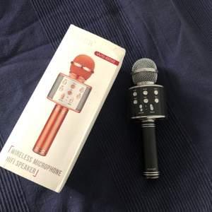 Detta är en Bluetooth mikrofon/ högtalare med många funktioner. Har knappt använt den och lådan och laddare finns med.
