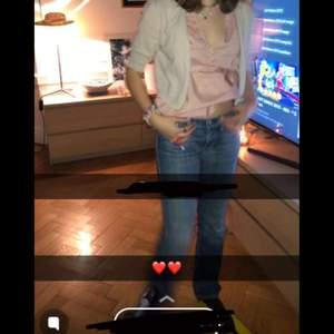 Coola 2000s jeans LÅGMIDJADE storlek 26 i waist, längden är nog 31 jag är 168 och de har tyvärr blivit lite korta❤️💖💖