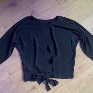 Säljer denna jätte fina svarta blusen! Den har en öppen rygg med knytning nedtill som man då kan göra tajtare eller lösare. Storleken är S men den är väldigt stor, kan tänka mig att man absolut kan ha den om man har storlek M med! Jag säljer den framförallt då jag är väldigt kort och den blir väldigt lång på mig, framförallt i ärmarna. Så om man som jag är under 160 lång får man räkna med att den är lite stor. 🥰 säljer för 90 kr + frakt!