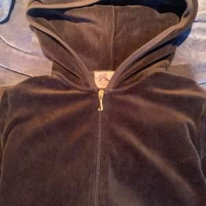Juicy couture tröja med dragkedja i en mörkbrun färg. Storlek s men passform som xs/s. Fint skick trotts den är använd en del! Om det är fler som vill ha blir den med högst bud som får det!
