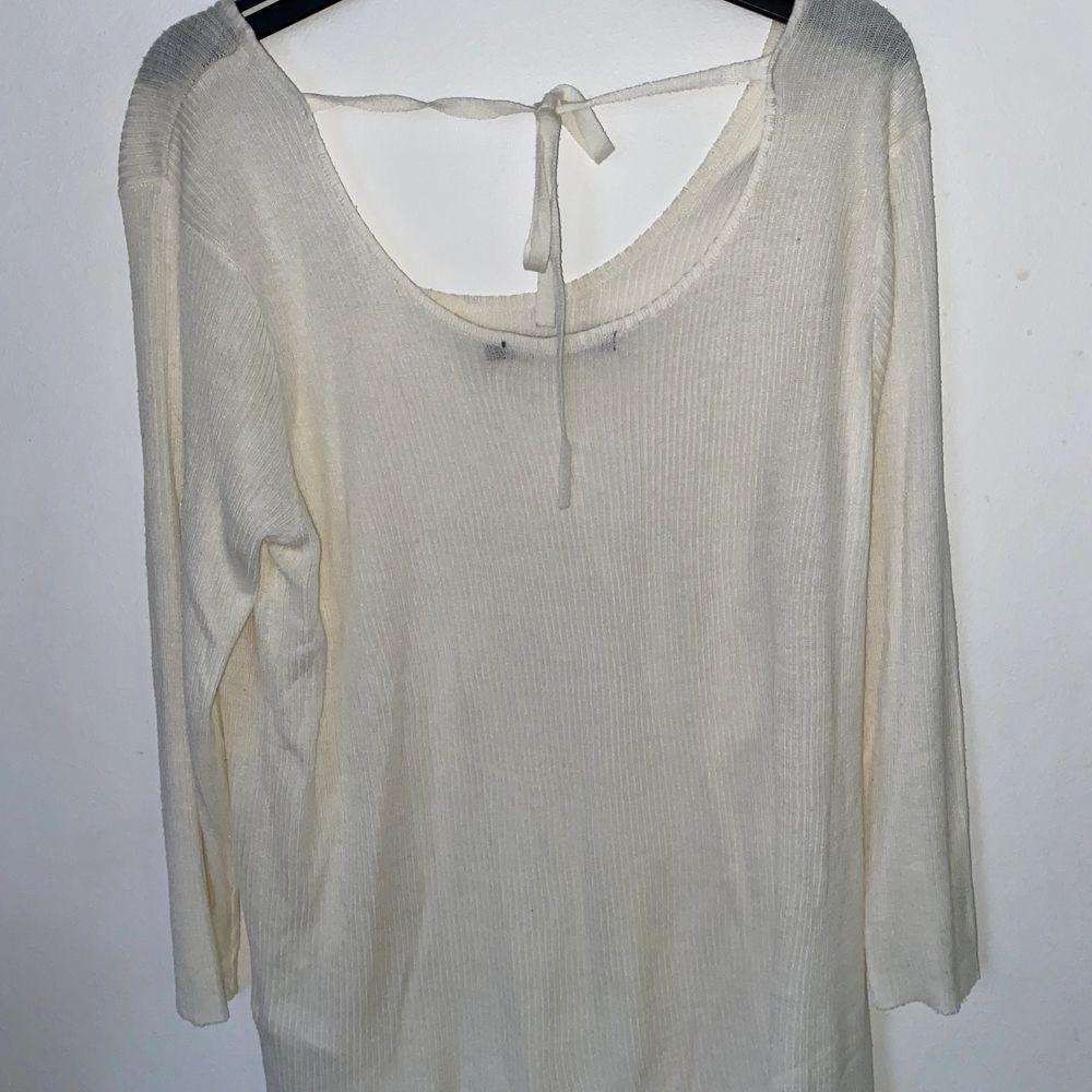 Jätteskön vit tröja från Ullared! Säljer då den är för stor för mig. Superfin knytning bak! Jag står för frakten! OBS köp 3 plagg (50kr) PLUS jag står för frakten!😍😊❤️. Tröjor & Koftor.