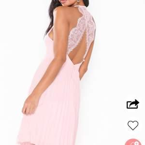 En söt, rosa klänning med sååå fin knäppning på ryggen. Perfekt för fest/sommar/avslutning! Slutsåld i storlek 36 hos Nelly. Oanvänd men saknar lappar. Säljer då jag inte trivs så bra i bara axlar 🥰 nypris 599