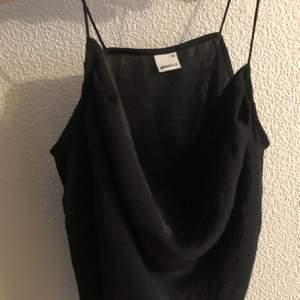 Crow neck topp från Gina tricot med silkeskänsla. Köpare står för frakt