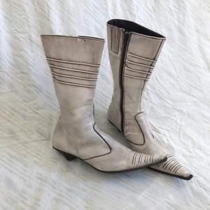 Vintage boots i äkta skinn. De är använda så skinnet har blivit lite spräckligt av smuts, väder och vind, det ger verkligen en cool vintage look! Dock är det  inga sprickor i skinnet! Strl 38. + frakt 66 kr 💫