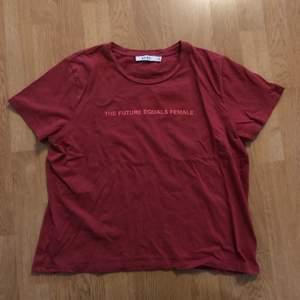 """T-shirt från nakd med texten """"the future equals female"""" på. Köparen står för frakt, möts inte upp"""
