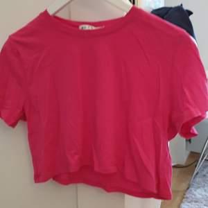 En croppad t-shirt från nakd i storlek S men passar både större och mindre storlekar. Inga defekter