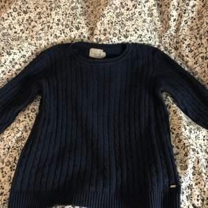 En marinblå stickad tröja i storlek S. Fint skick även fast den är väll använd! Säljs då den inte kommer till användning🥰 pris kan diskuteras💎