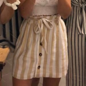 Säljer min randiga kjol från hollister i färgerna beige och vit! Perfekt till sommaren💕