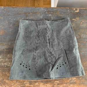 Grå läderkjol i mocka
