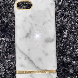 Richmond&finch skal till iPhone 7! Köpt i USA även fast märket är svenskt! Supersnygga men bytte snabbt därpå telefon! Helt skal men kan verka lite repigt om man har blixten på! 💥