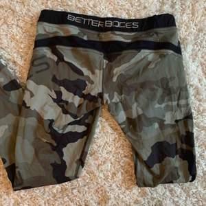 Jättesköna träningstights i camouflage från Better bodies i storlek M. Köpta för några år sen men sparsamt använda och i fint skick. Köparen står för frakt, kan mötas upp i karlstad. Tar swish✨