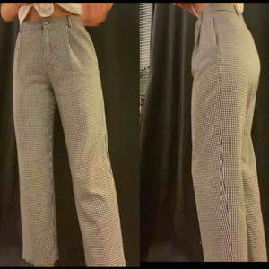 Rutiga kostymbyxor från Zara i bra skick. Köptes här på Plick (förra ägarens bilder) men passade inte. Frakt tillkommer