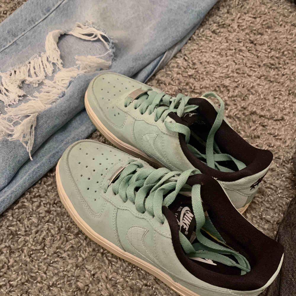 """Säljer mina mintgröna air force 1 då de är för små för mig. Fint skick, använda ca. 5 ggr. De är i mocka och Nike märket är i """"ormskinn"""" . Sista bilden visar fel färg, de är mer åt de gröna hållet som på den första bilden.  De är så coola och unika BUDA! . Skor."""