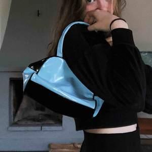 Super cool liten väska köpt secondhand. Tryck på ena sidan men gillar man inte det så är det bara att vända på väskan som jag gjort på bilderna❤️