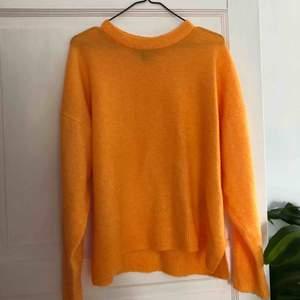 Jättefin stickad orange tröja som tyvärr inte kommer till  användning. Jag är inte en storlek L utan har använt den som oversized vilket är jättefint det med🥰 Endast använd ett fåtal gånger! Köpare står för frakt🌱🌍