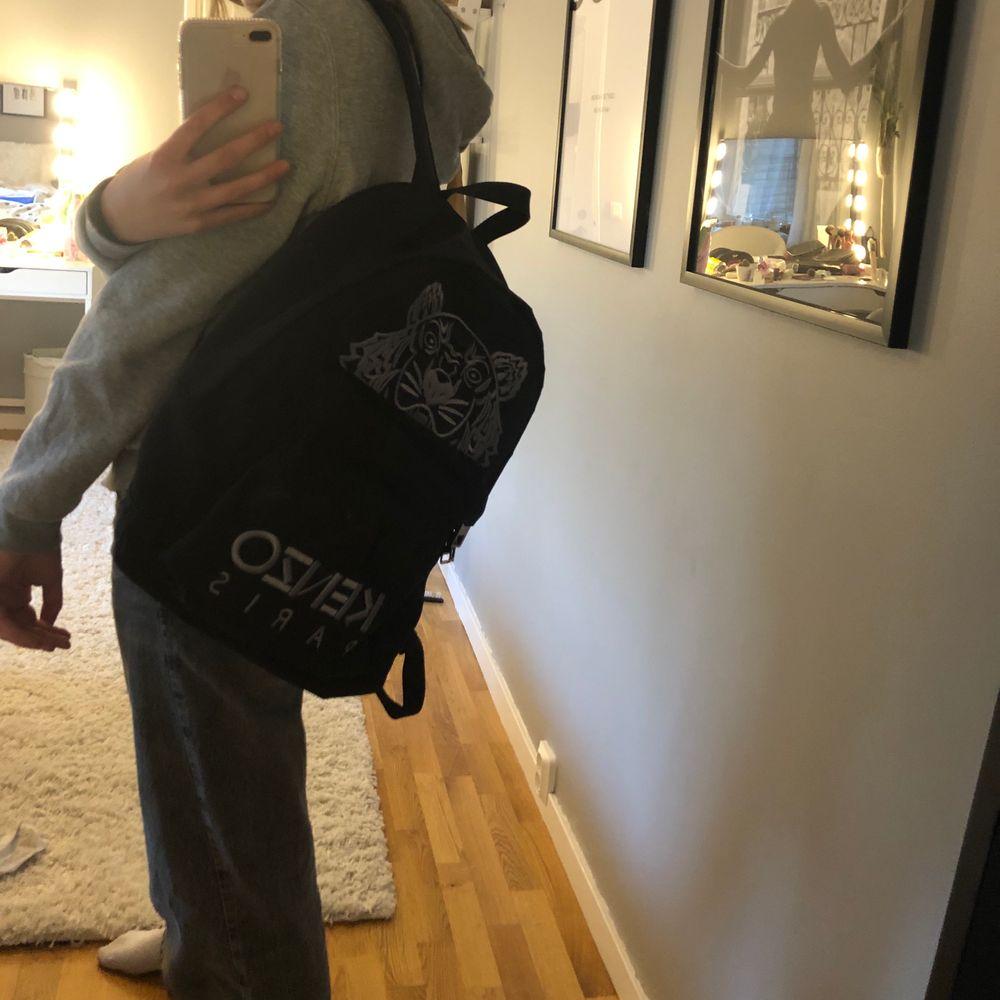 Ryggsäck från Kenzo Paris. Köpt på Jackie sommaren 2018, men har inte används så mycket ändas då och då. Nypris 2000kr. Väskor.