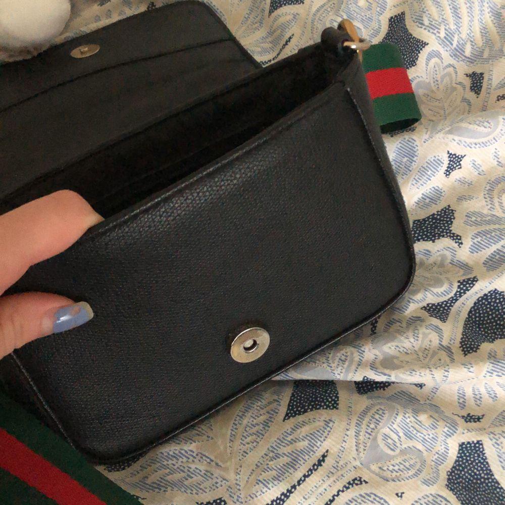 Säljer min axelremsväska med ett sjukt snyggt band, går att byta ut om så önskas 🥰. Frakt tillkommer på 70 kr om man vill ha den fraktad, annars möts jag upp. . Väskor.