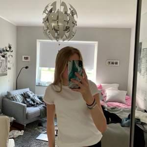 Säljer en vit ribbad t-shirt, endast testad