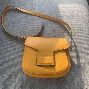 Gul väska, i storlek 23x19. Den har flera innerfack och är i bra skick🌷Möts upp i brommaplan eller stockholm city. Frakt tillkommer.